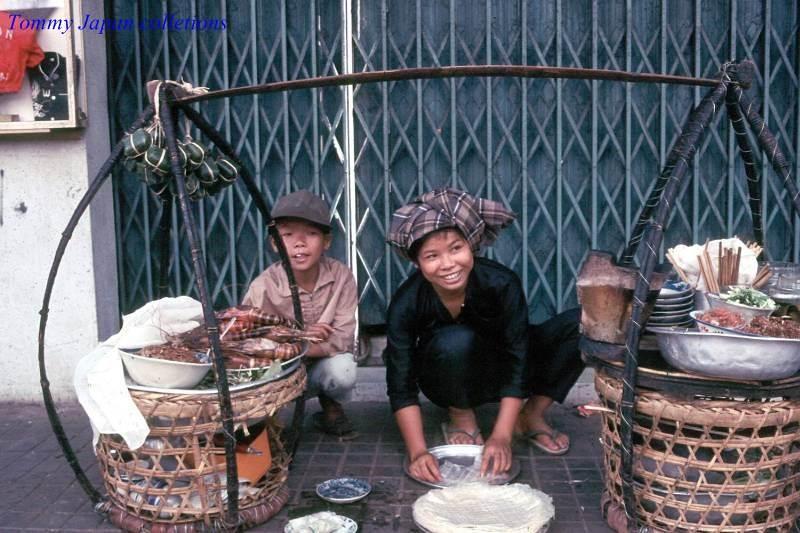 Không chỉ đi bán một mình, những đứa trẻ đôi khi còn đi theo mẹ để phụ bán
