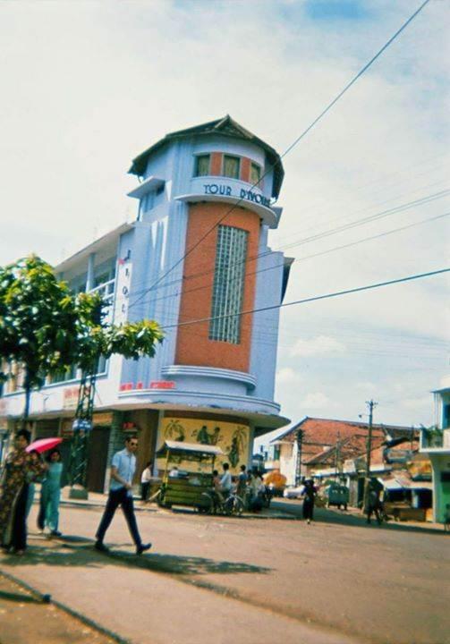 SAIGON 1965 - Photo by Tom Robinson ('Tinker') - Phòng trà Tháp Ngà (Tour d'Ivoire) góc Trần Hưng Đạo-Bùi Viện