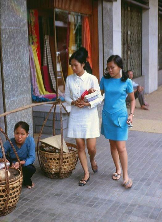 Hình ảnh một gánh hàng rong va 2 thiếu nữ trên Phố Bùi Viện