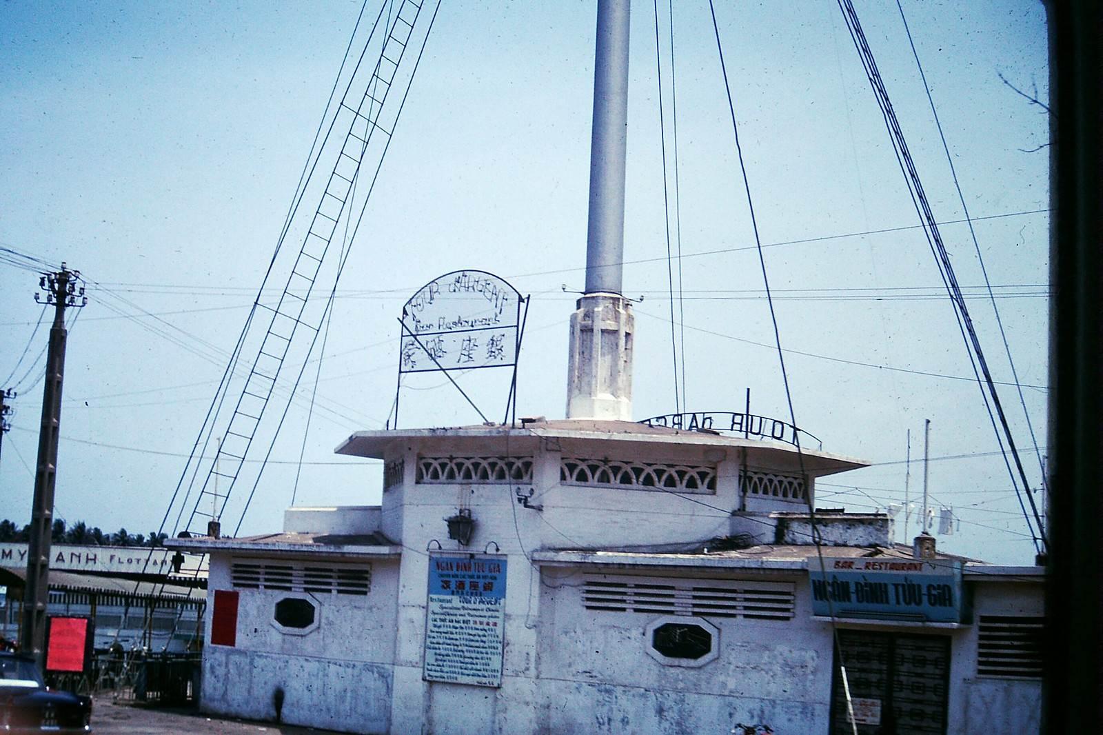 SAIGON 1968 - Cột cờ Thủ Ngữ - NGÂN ĐÌNH TỬU GIA Bar & Restaurant