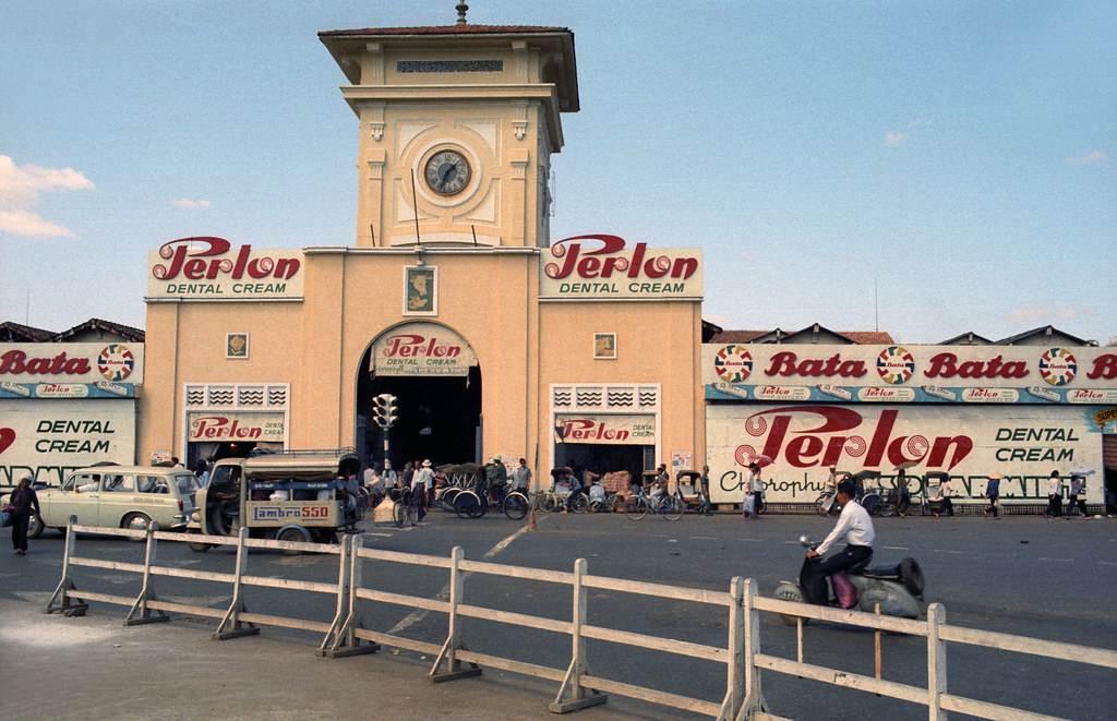 Hình ảnh Chợ Bến Thành với nhiều Pano quảng cáo phía trước