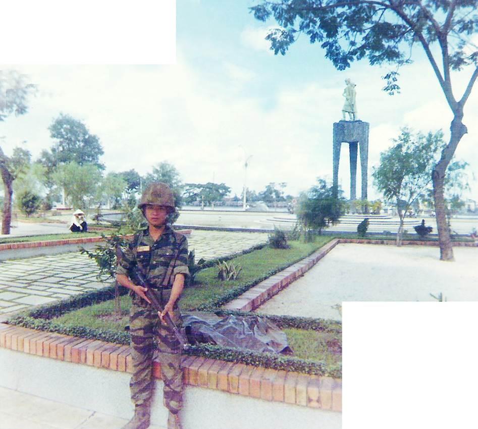 Anh lính tạo dáng chụp ở Bến Bạch Đằng. Xa xa là tượng Hai Bà Trưng, tượng này đã bị đập bỏ.