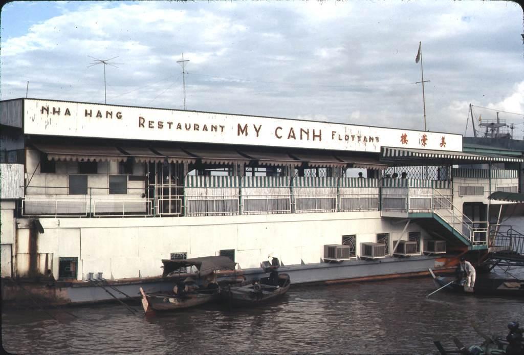 Nhà hàng nổi Mỹ Cảnh. Ảnh chụp 1967