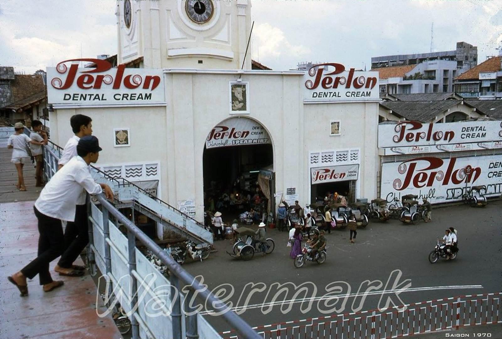 SAIGON 1970 - Chợ Bến Thành nhìn từ tên cầu vượt bô hành