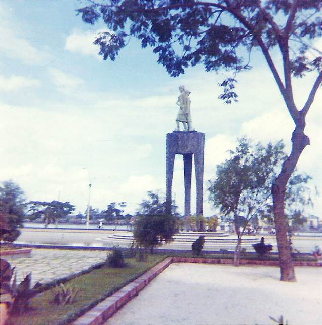 Tượng đài Hai Bà Trưng trên Bến Bạch Đằng