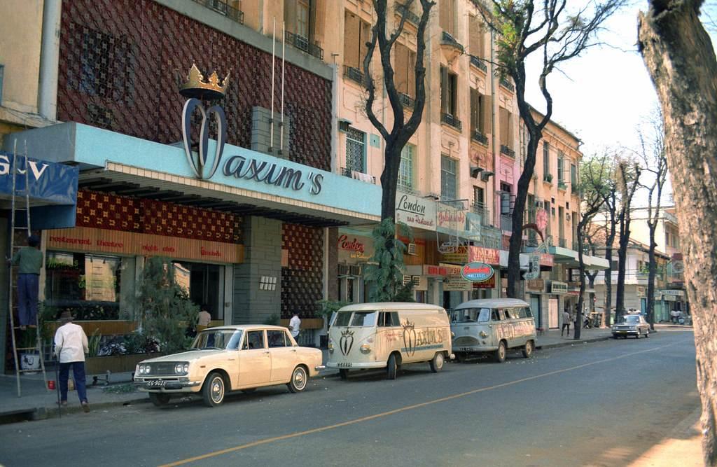 Vũ trường Maxims trên đường Tự Do - nay là Đồng Khởi. Ảnh chụp 1967