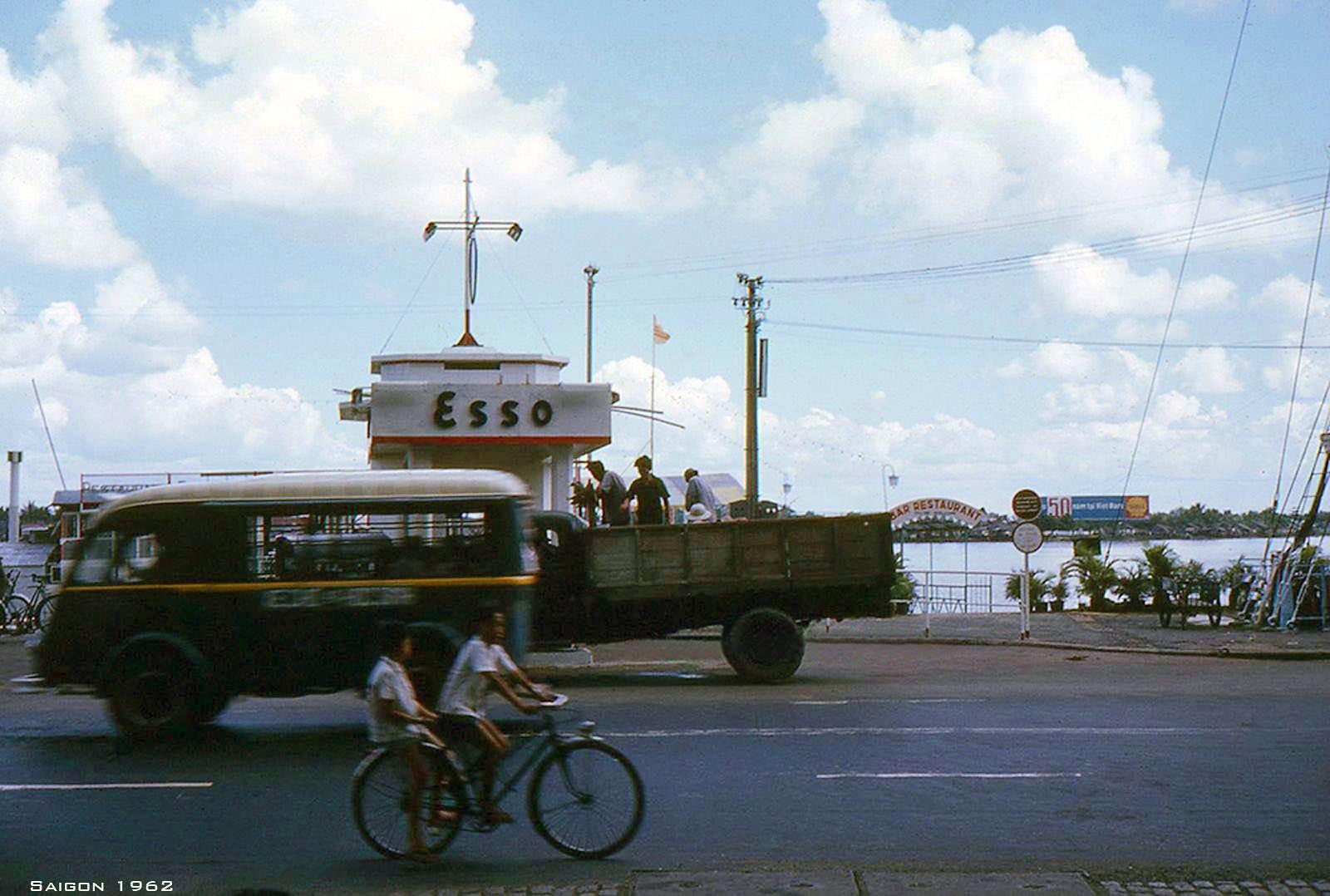 Xe chở học sinh. Phía sau là nhà hàng Mỹ Cảnh và bên phải là Ngân Đình