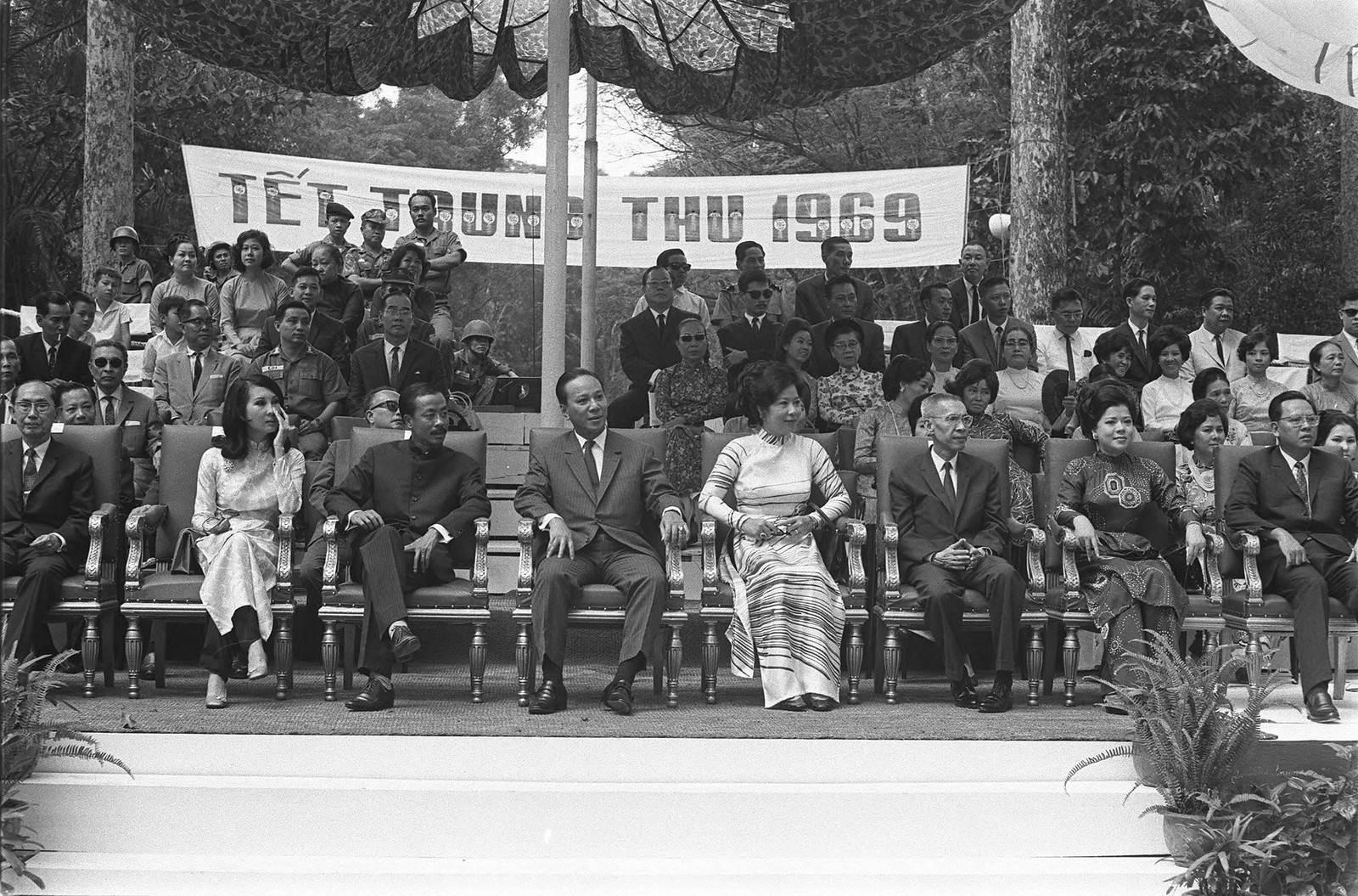 Tết Trung Thu 1969 - Các nhà lãnh đạo VNCH vui tết Trung thu với thiếu nhi tại vườn Tao Đàn Saigon