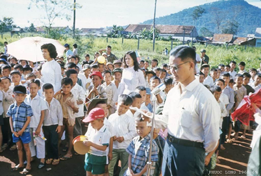 Phước Long 1968-69 - Tết Trung thu, phía xa là núi Bà Rá (cao 723m)