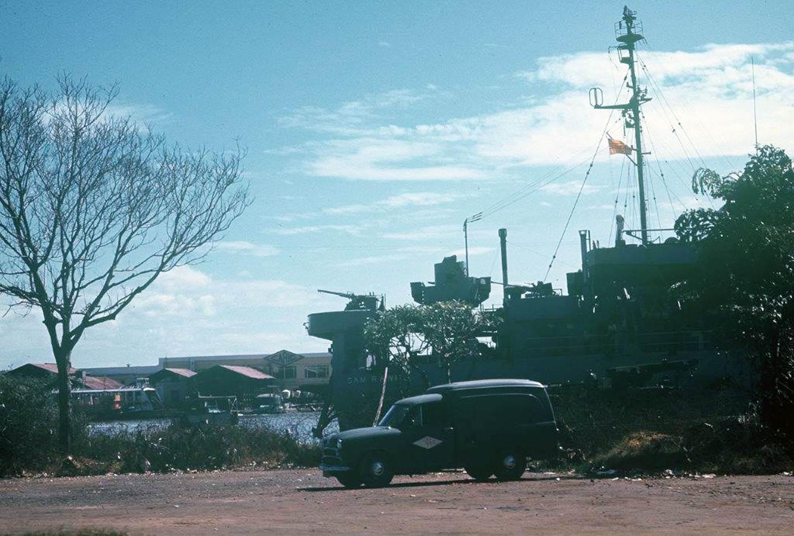 Ảnh chụp Dương vận hạm HQ-500 Cam Ranh tại Bến Bạch Đằng