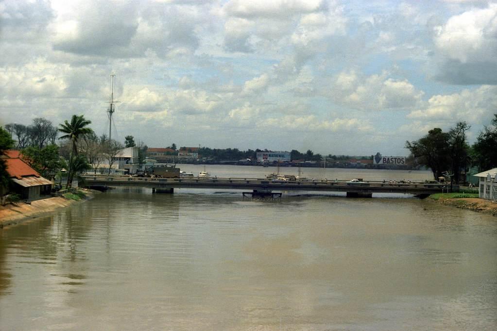 Phía trước là cầu Khánh Hội, xa xa là cột cờ Thủ Ngữ