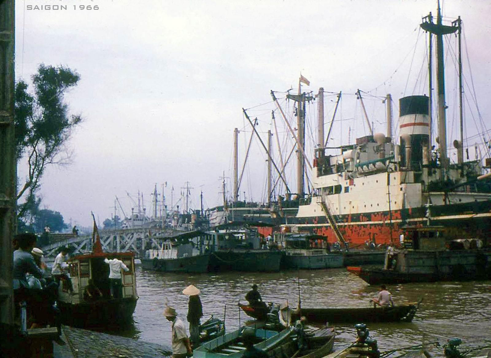 Thuyền tàu neo đậu trên sông Sài Gòn ở Bến Bạch Đằng