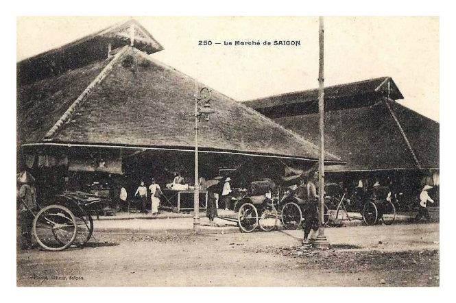 """Ảnh chụp năm 1910, những ngày cuối cùng khi dẹp ngôi chợ cũ này, tấm bưu ảnh hiếm hoi này ghi tên """"Chợ Sài Gòn"""" (Le marché de SAIGON)"""
