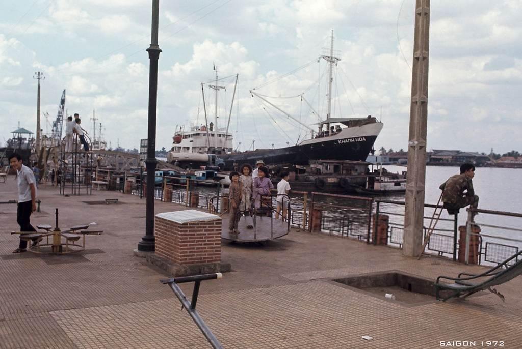 Một góc của Bến Bạch Đằng được chụp năm 1972. Xa xa là tàu Khanh Hoa. ẢnhHabans Patrice
