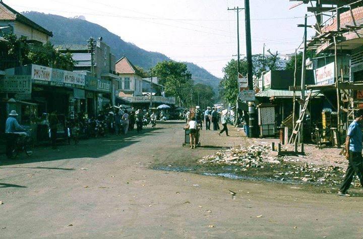 Vũng Tàu 1967 - Đường Trần Hưng Đạo phía trước chợ Vũng Tàu. Photo by Tom Twitty