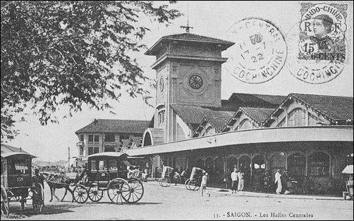Bưu ảnh chợ Bến Thành năm 1921 vẫn ghi Tòa nhà trung tâm (Les Halles Centrales)
