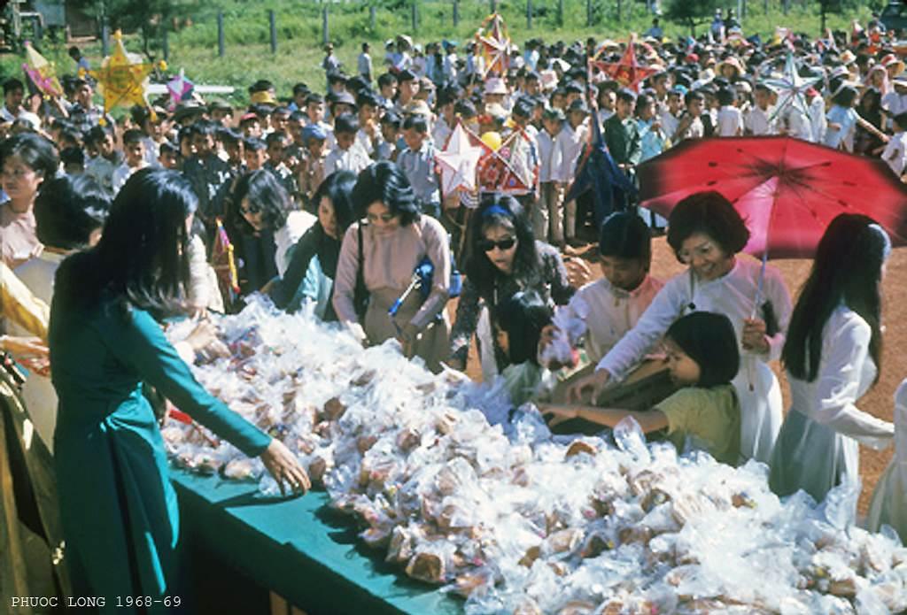 Phước Long 1968-69. Chuẩn bị kẹo để phát cho những đứa trẻ đang xếp hàng phía sau