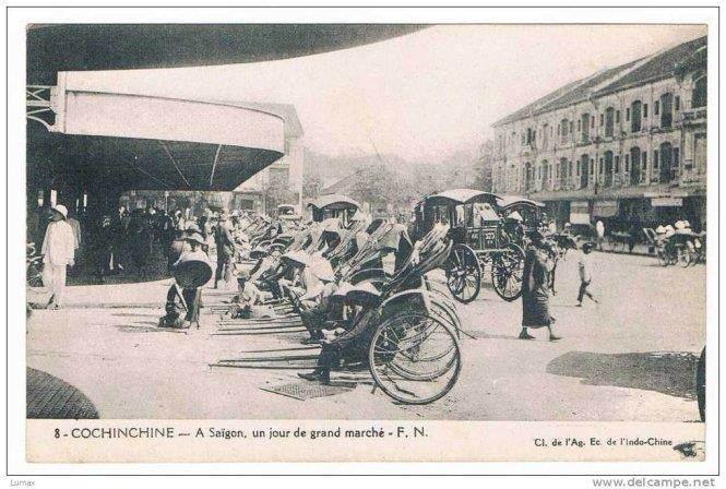 """Bưu ảnh chợ Bến Thành thập niên 1920 ghi """"Sài Gòn, một ngày ở Chợ Lớn """" (A Saigon, un jour de grand marché)"""