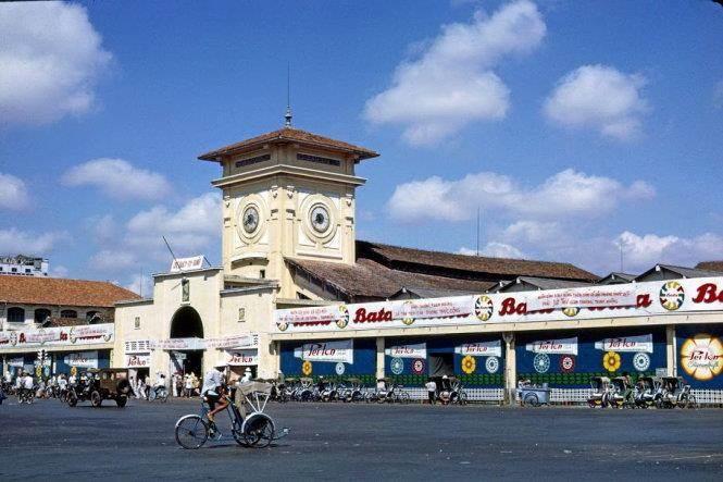 Năm 1965, Chính quyền Saigon treo bảng hiệu là chợ Quách Thị Trang.