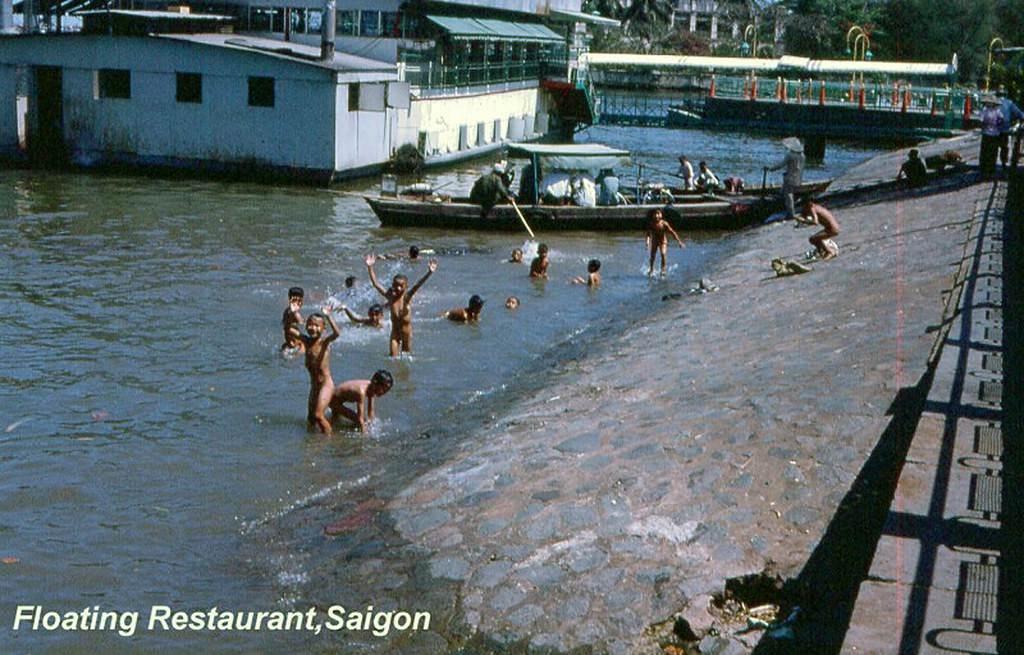 Hồi xưa nước sạch, trẻ em bơi lội khu vựcgần nhà hàng Mỹ Cảnh, Ảnh chụp những năm 1962 – 1963. Ken Schumacher