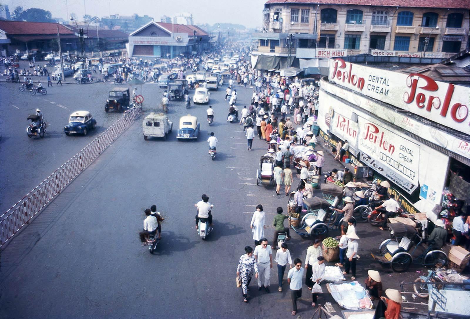 SAIGON 1972 - Chợ Bến Thành hình chụp từ trên cầu vượt bộ hành từ bùng binh đi qua chợ