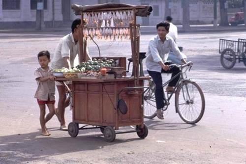 Hàng quán đôi khi chỉ là một chiếc xe đẩy bán mực khô và trái cây...