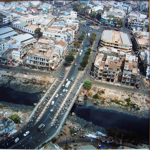 Ảnh chụp Cầu Chà Và vào năm 2005 cho thấy con kênh đã bị ô nhiễm nặng