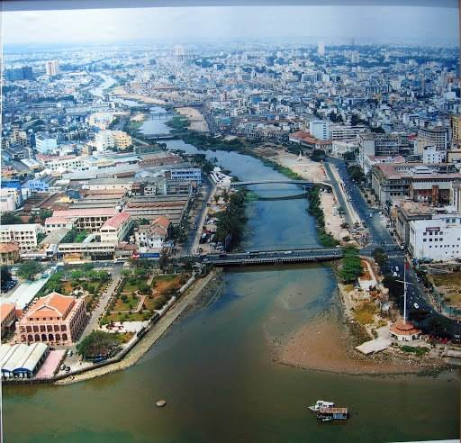 Trong khoảng cuối thập niên 1950, đầu thập niên 1960, cầu Khánh Hội từ thời Pháp thuộc được dỡ bỏ để xây cầu Khánh Hội mới bằng bê tông cốt thép. Ảnh: Cầu Khánh Hội năm 1967.