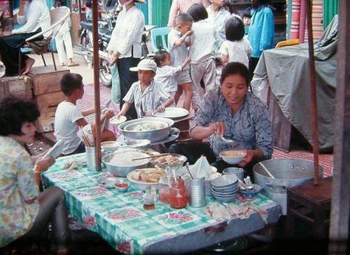 Một quán cháo, bún măng vịt tại chợ