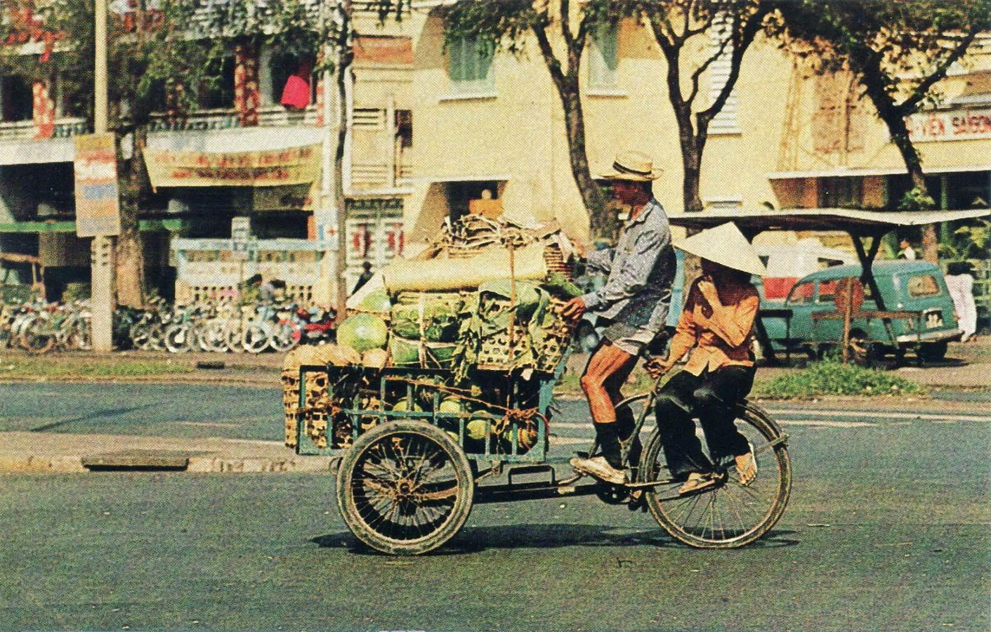 Cặp vợ chồng chở nhau Trên đường Lê Lợi gần chợ BT, bên kia đường là Bịnh viện Saigon.