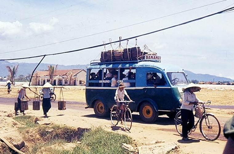 Một xe chở khách Đà Nẵng bon bon trên con đường tỉnh lộ.