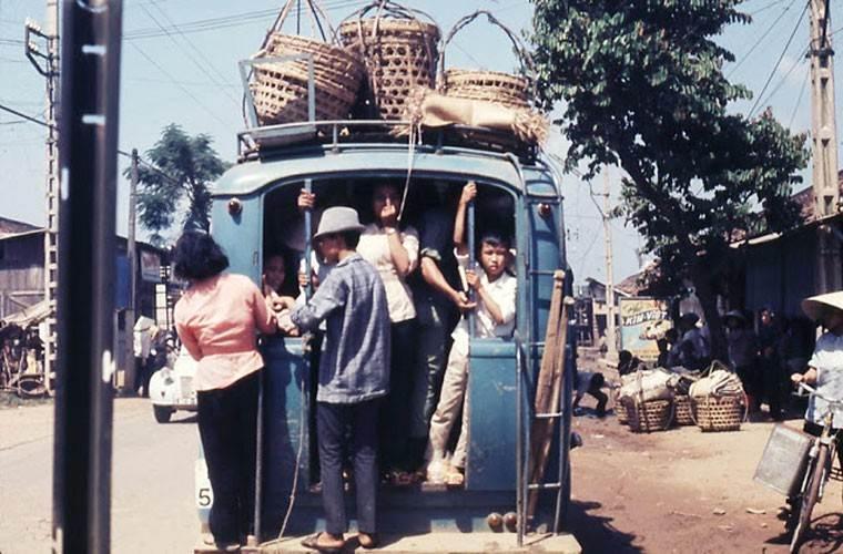 Một chiếc xe đồ đông kín khách, hành khách phải bám phía sau đuôi xe