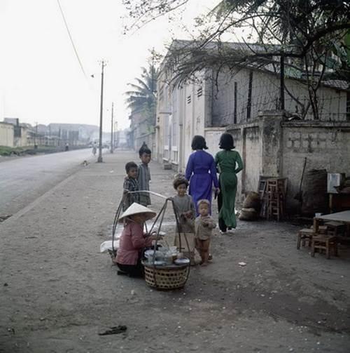 Ba bốn đứa trẻ tụ tập bên gánh hàng rong góc Đường Phạm Ngũ Lão, quận 1 (năm 1967).