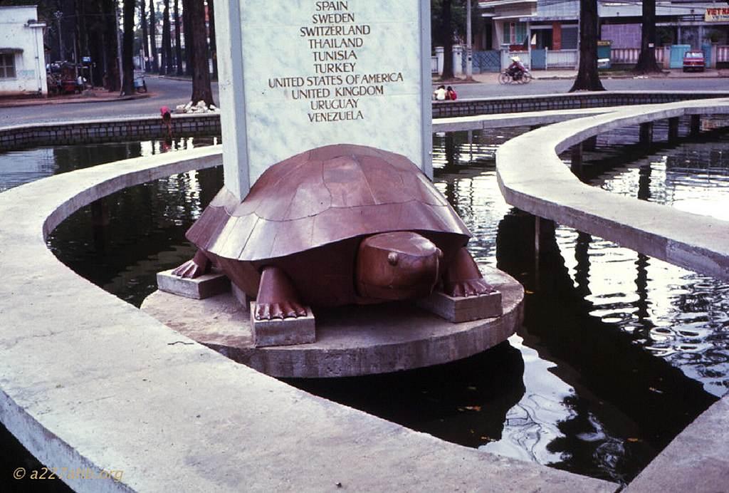 Hồ con rùa, hình rùa ngày còn nguyên vẹn. Ảnh Wayne Trucke