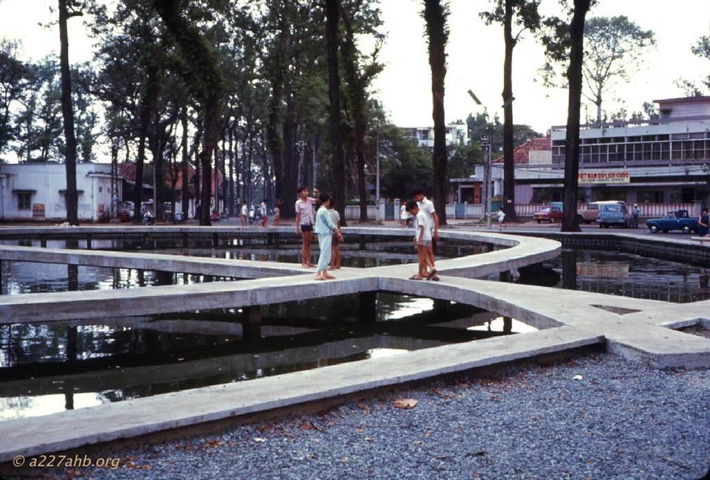 Trẻ con dạo chơi trên Hồ Con Rùa. Ảnh Wayne Trucke