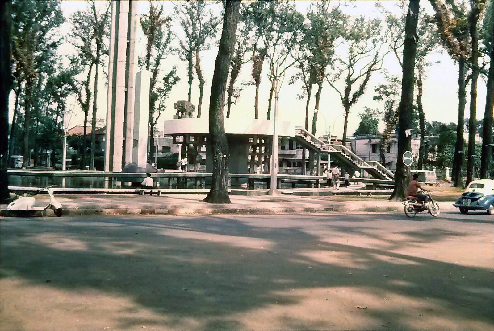 SAIGON 1971 - Vòng xoay Công trường Quốc Tế (Hồ con rùa). Ảnh Mạnh Hải