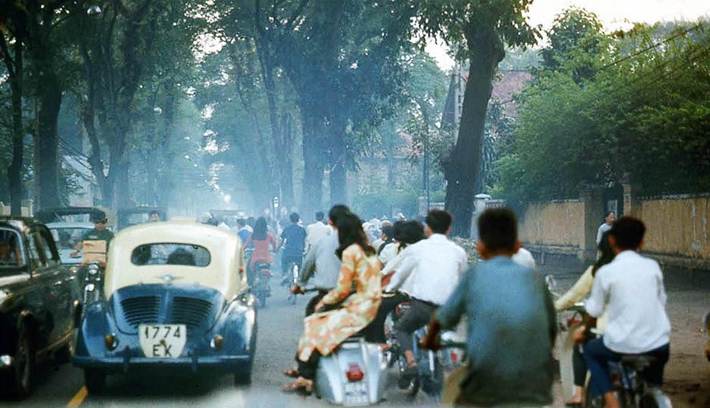 Đôi bạn trẻ trên con đường Hồng Thập Tự và chiếc xe Vespa