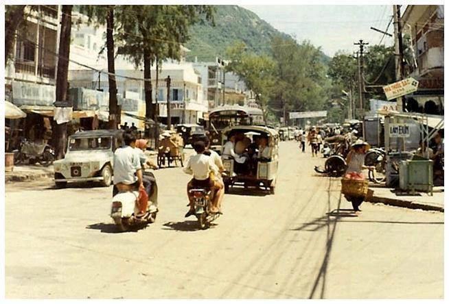 Một chiếc xe La Dalat trên đường phố