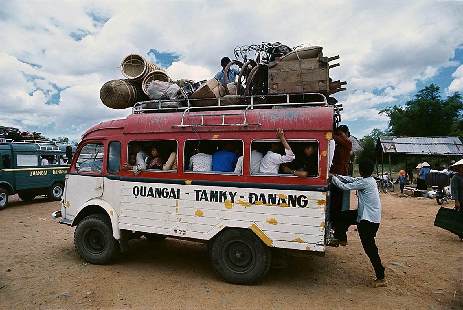 2 chiếc xe khách đầy kín khách tuyến Quãng Ngãi - Tam Kỳ - Đà Nẵng