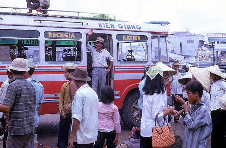 Xe đò chạy tuyến Rạch Giá - Hà Tiên đang đỗ ở bến để đón khách.