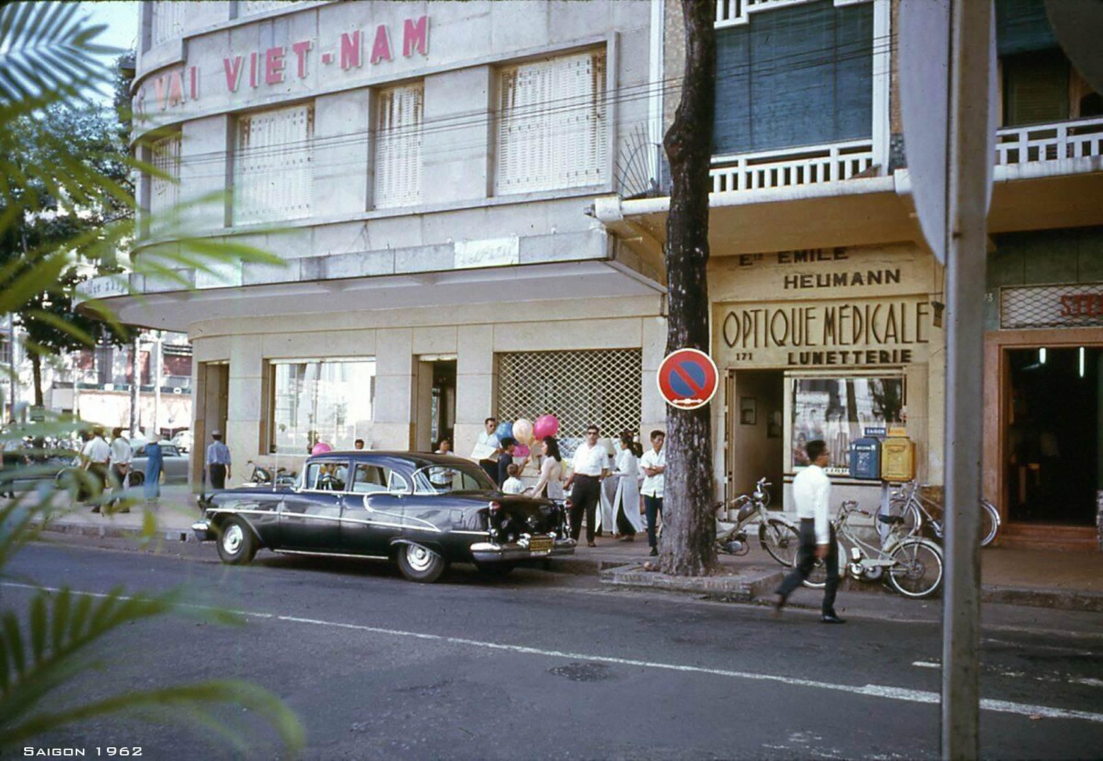 Chiếc siêu xe đang đậu trên đường Tự Do - Nay là đường Đồng Khởi