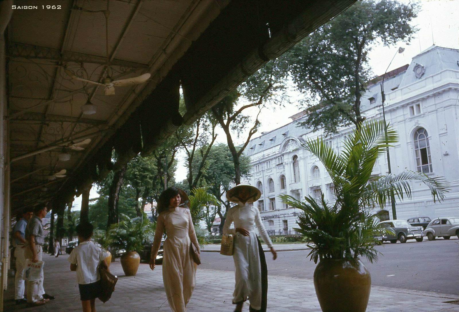 Hai thiếu nữ mặc áo dài tản bộ trên đường Tự Do (nay là Đồng Khởi)