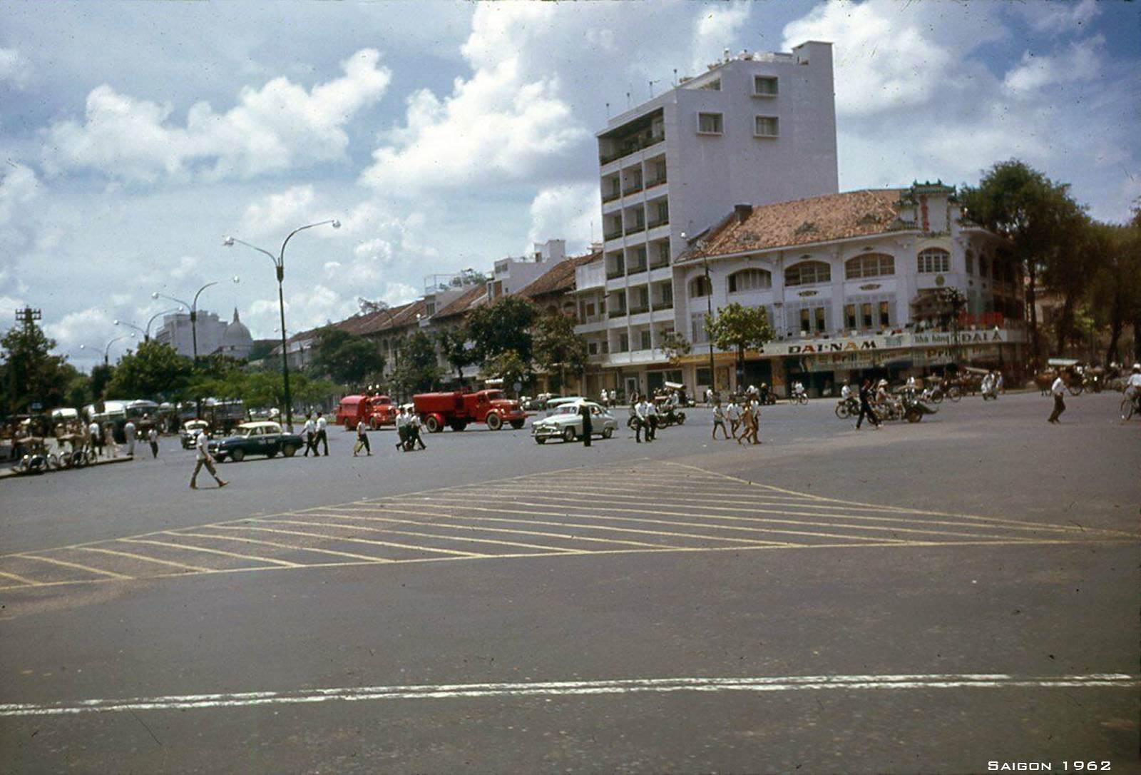 Đại lộ Hàm Nghi nhìn từ Công trường Diên Hồng (bùng binh chợ Bến Thành)