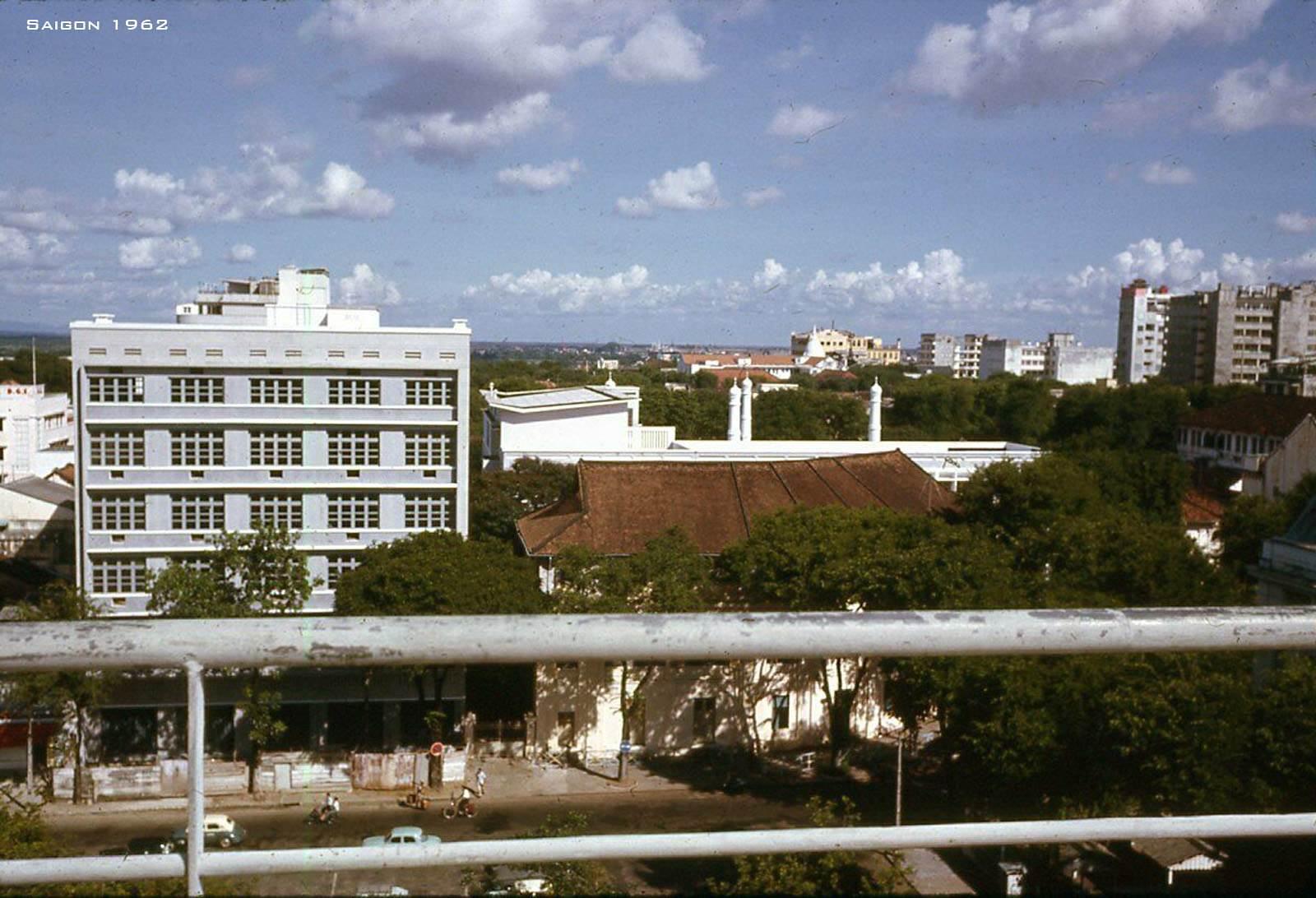 Một góc Sài Gòn nhìn từ sân thượng Brinks Hotel