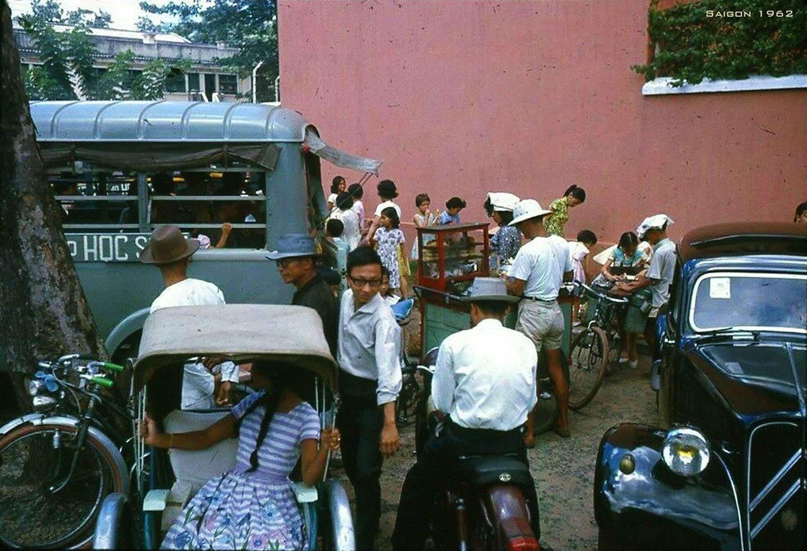 Giờ tan trường của Trường Colette tại góc Hồ Xuân Hương-Nguyễn Thông (hình chụp từ bên phía đường Nguyễn Thông)