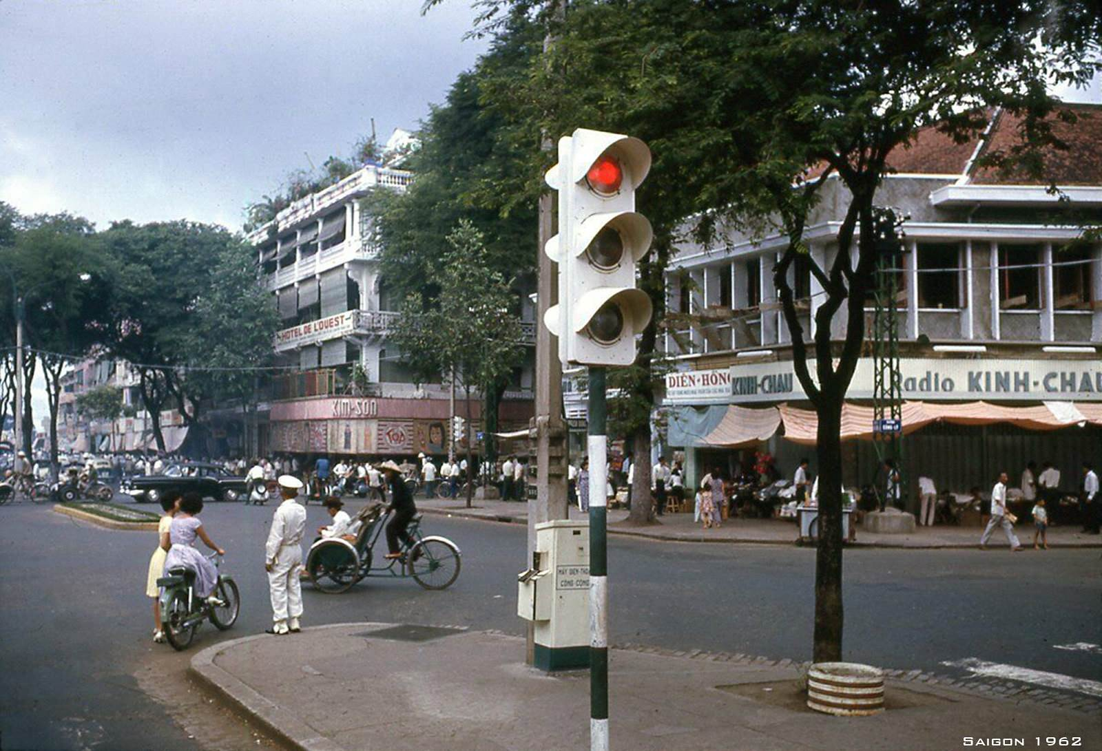 Đèn tín hiệu và cảnh sát công lộ đang điều tiết giao thông ở Ngã tư Lê Lợi Công Lý