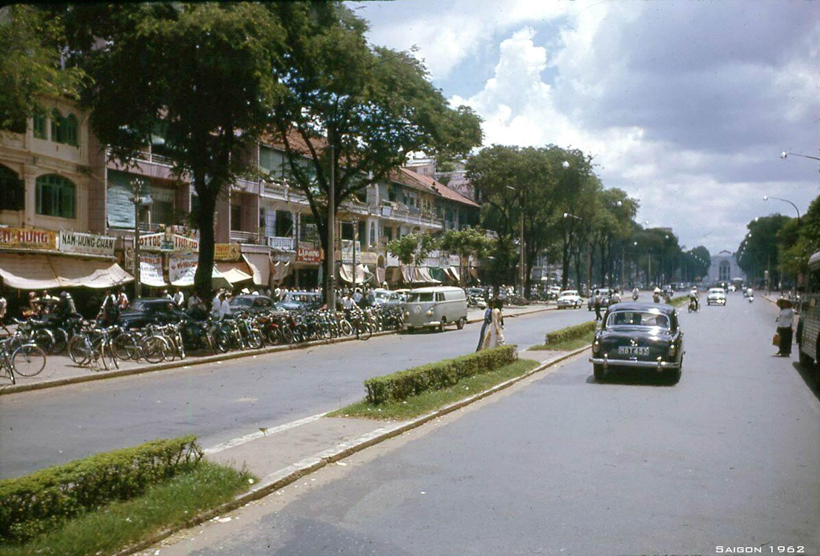Đại lộ Lê Lợi ngày đó rất rộng và thoáng, đường sạch sẽ không một bóng rác