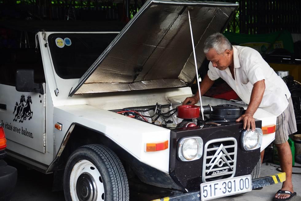Một chiếc La Dalat trắng khác được chủ xe gửi ông Đức để sửa chữa