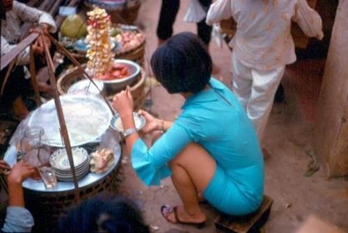 Thiếu nữ Sài Gòn ăn mặc sành điều đang thưởng thức những món ăn vỉa hè hấp dẫn