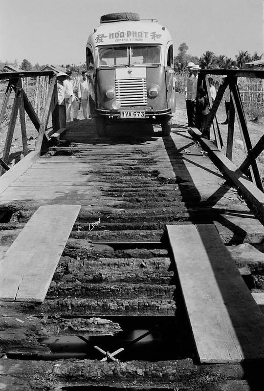 Hãng xe Hoa Phát, Hành khách xuống xe để xe chạy qua cầu hỏng được sửa tạm bằng ván